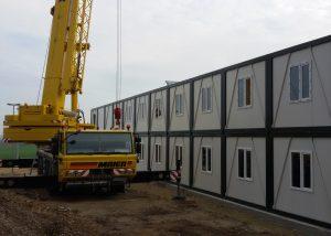 Wohnraumcontainer vom LKW heben und positionieren mit AFT90 TadanoFaun