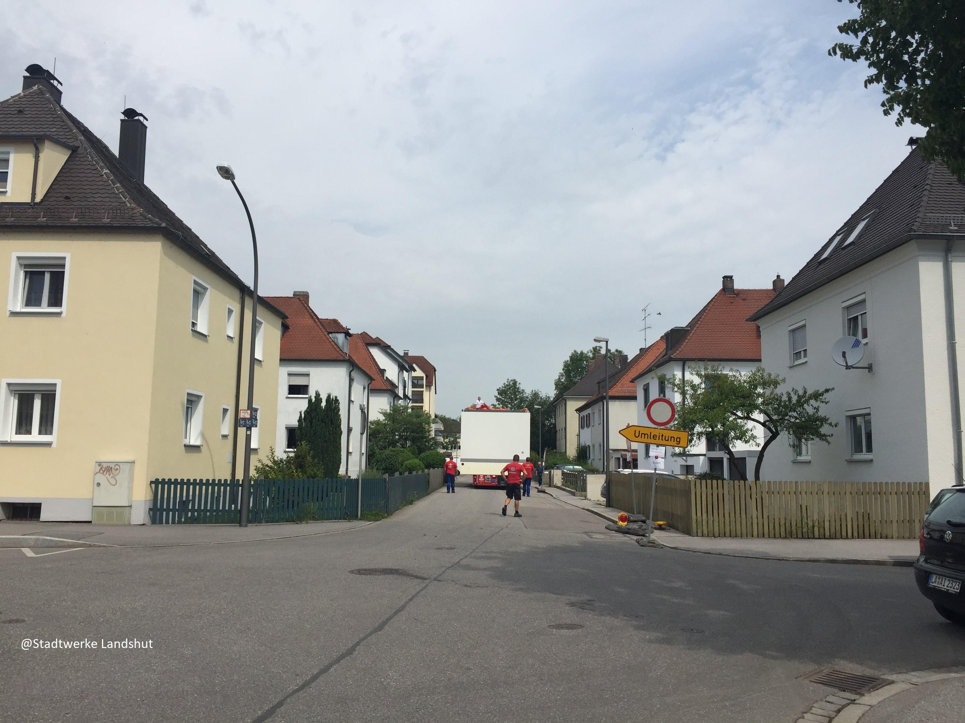 73to Trafostation wird mit dem Selbstfahrer zum Umspannwerk transportiert. @Stadtwerke Landshut, @Kran-Maier Landshut
