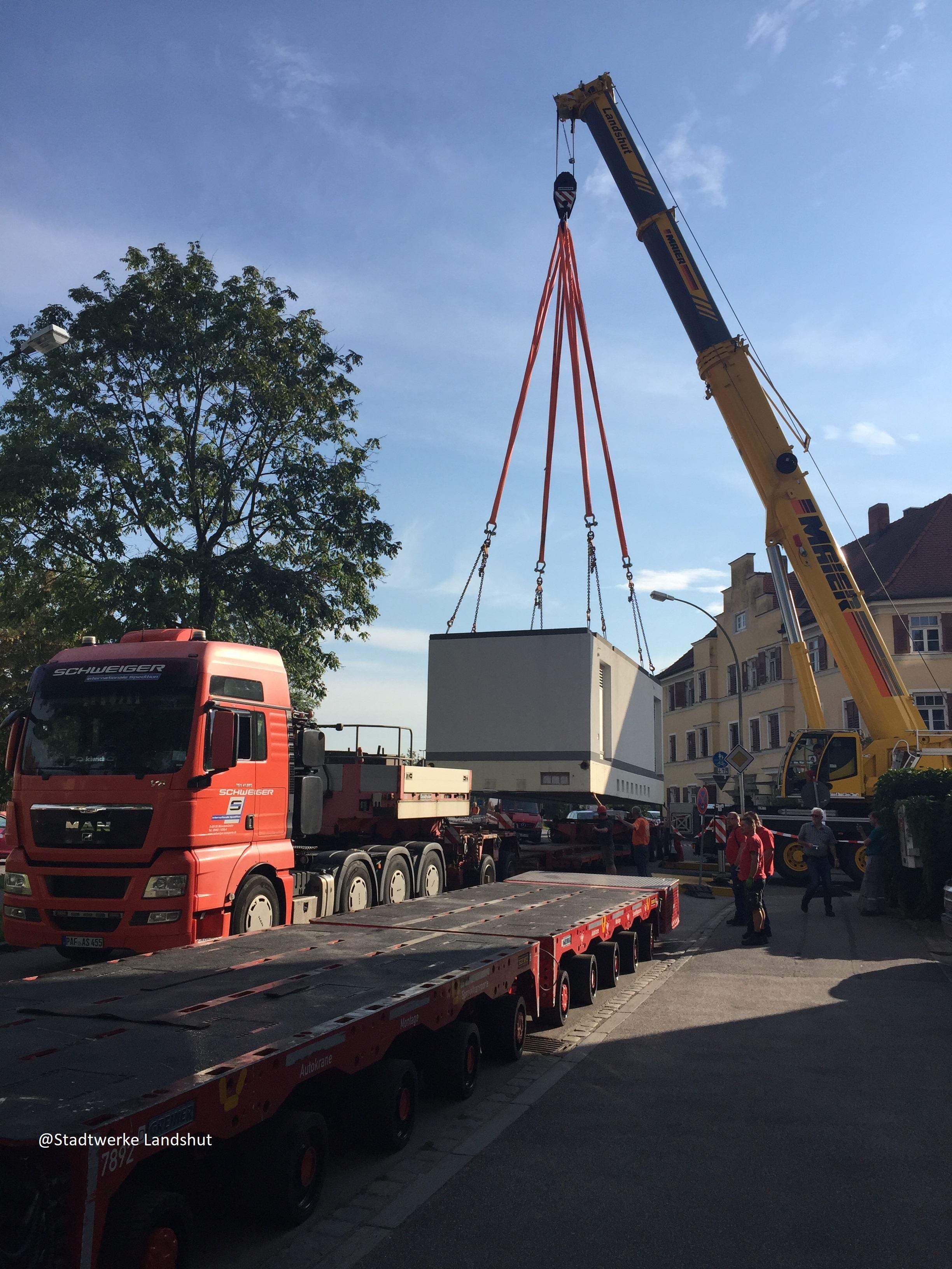 73to Trafostation wird vom Tieflader auf einen Selbstfahrer (SPMT) umgehoben. @Stadtwerke Landshut, @Kran-Maier Landshut