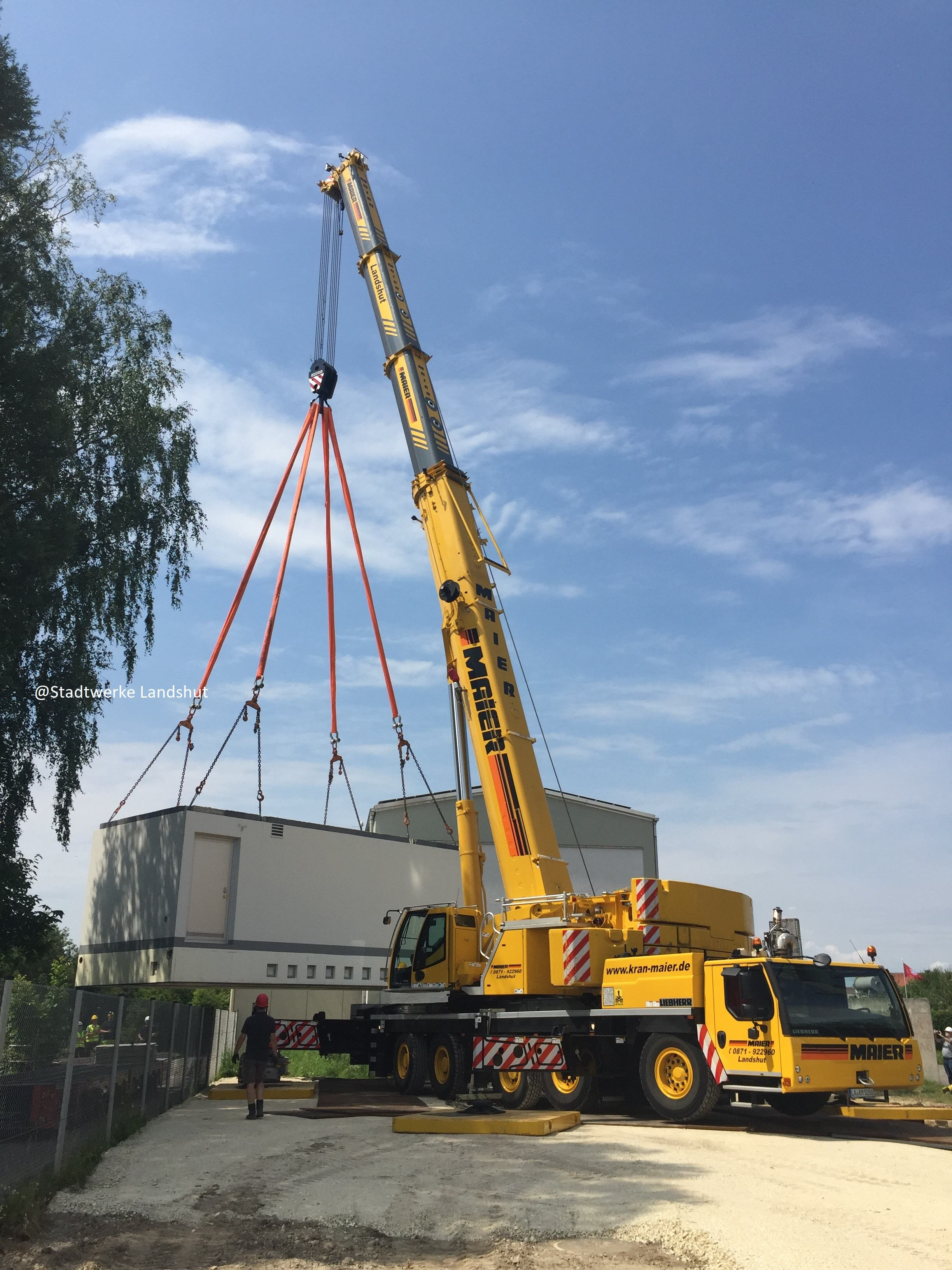 Eine 73to schwere Trafostation wird auf seine Endposition mit einem 250to Autokran eingehoben. @Stadtwerke Landshut und @Kran-Maier Landshut