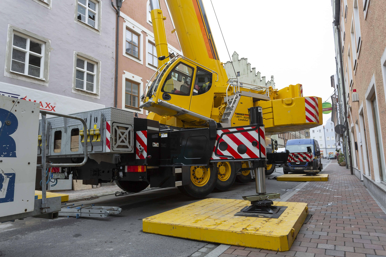 Ausheben eines Baukranes in Landshut mit Kran-Maier Landshut mit einem LTM 1250-5.1