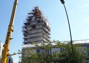 neues Ziffernblatt in den Turm des alten Schlachthofes mit 90to Autokran TadanoFaun mit Spitzenverlängerung und Ballast eingehoben
